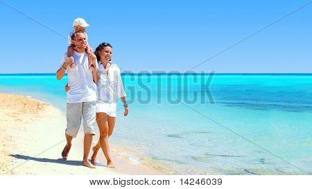 Nézd, a boldog fiatal család, szórakozás a strandon