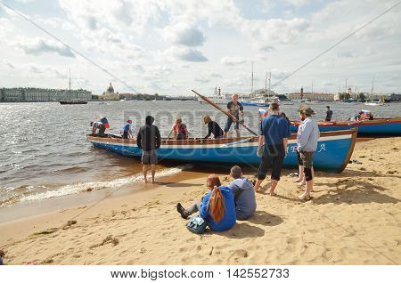 13.08.2016.Russia.Saint-Petersburg.A team of rowers moored the boat to the shore.