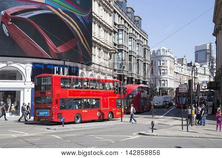 Bus Passing Large Screen In Piccadilly Circus