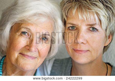 Senior Woman und ältere Tochter portrait