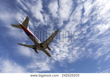 Melbourne, Australia - November 8, 2014: Malaysia Airlines Boeing 777 Airliner 9m-mrb On Approach To