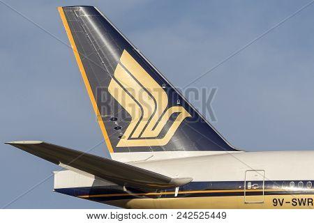 Melbourne, Australia - November 8, 2014: Singapore Airlines Boeing 777-300 (777-312/er) Airliner 9v-