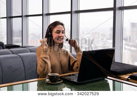 Girl Leads An Amateur Online Broadcast From The Coffee Shop