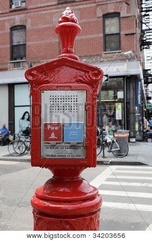NEW YORK CITY, Estados Unidos - 11 de junho: Caixa sistema de informação de emergência (E.R.S.) que está equipada com botões