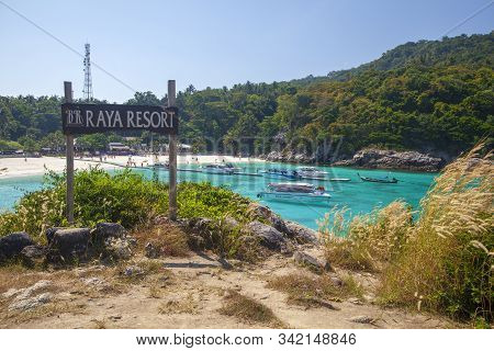 Phuket, Racha Island,thailand - December 10, 2019:racha Raya Island, Speed Boat Take Group Of Touris