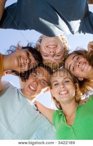 Glücklich lächelnd Gruppe von Teens