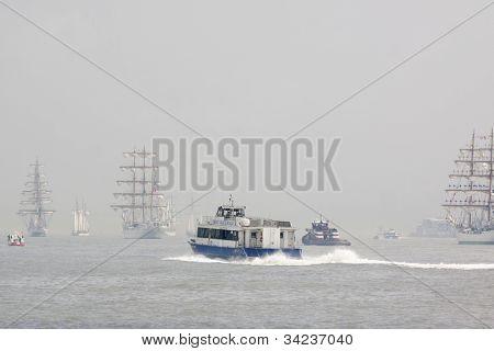 HOBOKEN, NJ - 23 de mayo: Transbordador A NY Waterway se mueve por el río Hudson, cerca de Manhattan durante la P