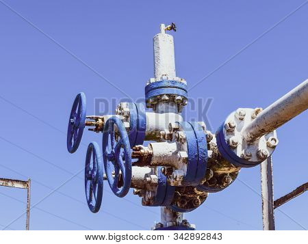 Well For Water Injection Into The Reservoir. Maintaining Reservoir Pressure. Oil Production. Well Fo