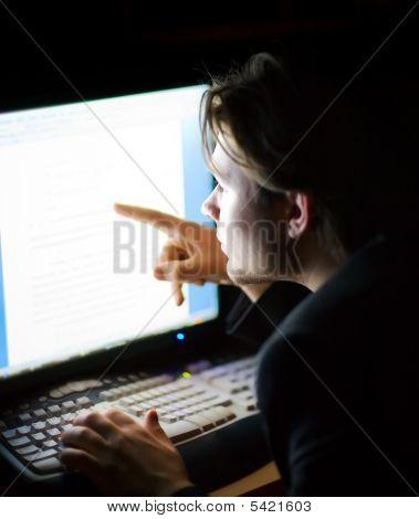 Mann vor dem Computerbildschirm