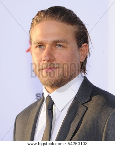 """LOS ANGELES - SEP 07:  Charlie Hunnam arrives to """"Sons of Anarchy"""" Season 6 Premiere  on September 07, 2013 in Hollywood, CA"""
