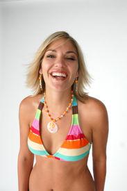 Sexy Frau im Bikini lachen