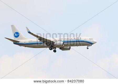 Thailand,bangkok-mar 3: Xiamen Airline Plane Flying Above Suvarnabhumi Airport Runway And Prepare To