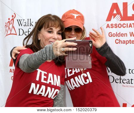 LOS ANGELES - OCT 16:  Kate Linder, Renee Zellweger at the ALS Association Golden West Chapter Los Angeles County Walk To Defeat ALS at the Exposition Park on October 16, 2016 in Los Angeles, CA
