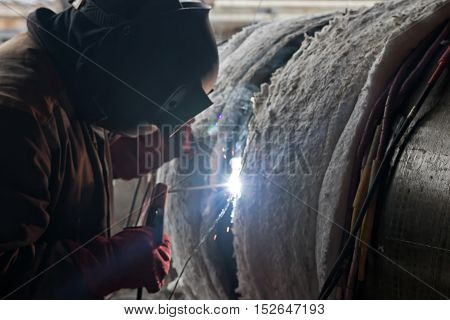 Welding large diameter pipes with pre-heated flexible ceramic heating elements in the field