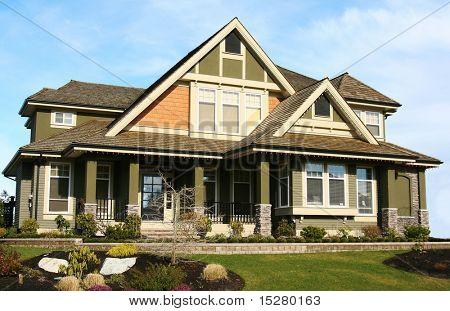 Grande bella elegante casa nuova.