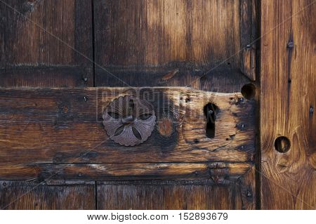 View of a particular of a wooden door