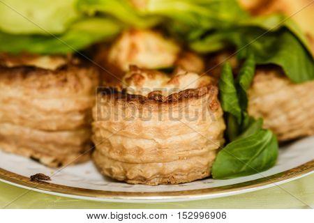 Puff pastry rolls garnished on a festplatte
