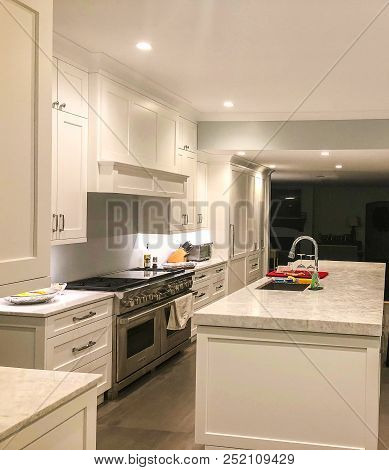 White kitchen cabinets with quartz counter top, granite kitchen countertop, marble kitchen countertop, modern kitchen countertop
