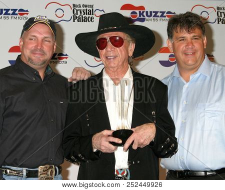 LAS VEGAS - MAY 17:  Garth Brooks, Buck Owens, Bob Romeo at the Buck Owens Announces Legends in Bronze Unveiling at 2005 ACM Awards at Mandalay Bay on May 17, 2005 in Las Vegas, NV