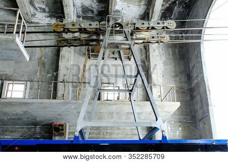 Big Steel Pulleys For Cable Transport System,the Pulleys With Gears Are Hauled Above Of All Kind Of