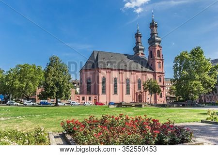 Mainz, Germany - August 04, 2019: Park At The Historic Peterskirche Church In Mainz, Germany