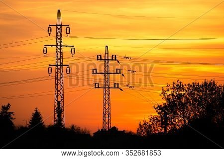 View At A Silhouette Of Electric Lines And Column Pillars During Sunset With Clouds On The Sky. Beau