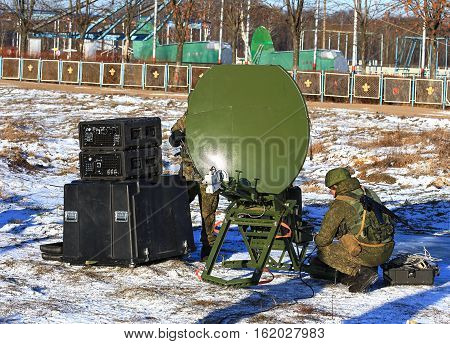 Actions of soldiers communicators to bring to the working position portable kit of the military field radio