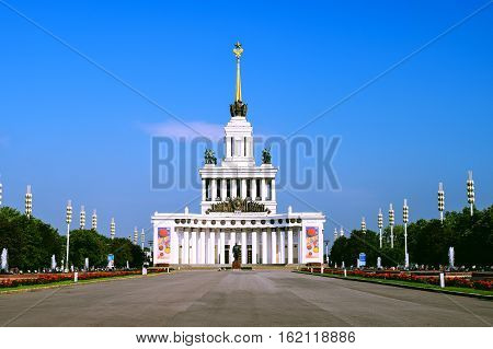 Moskau, Russia - July 22, 2016: Central Pavilion VDNKh park in Moscow. VDNH is a large city park, exhibition center and amusement park, popular touristic landmark