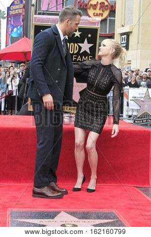 LOS ANGELES - DEC 15: Ryan Reynolds, Anna Faris at a ceremony as Ryan Reynolds is honored with a star on the Hollywood Walk of Fame on December 15, 2016 in Los Angeles, California