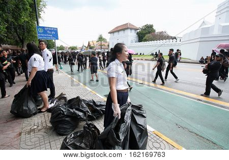BANGKOKTHAILAND : Movement Volunteer of Thai people mourners together on the road at Wat Phra Kaew on October 22 2016