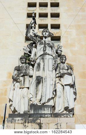 Coimbra facultade de medicina statue placed outside university