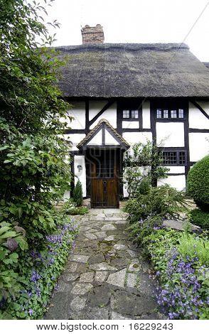 Weg zum malerischen traditionelles Häuschen in Stratford-Upon-Avon, England