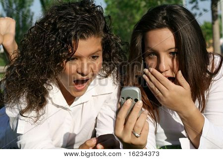 2 girls receive shocking cell phone message,
