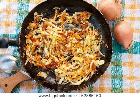Frying Pan Of Cabbage With Carrots And Two Onions Сковородка тушеной капусты с морковью и две лукови