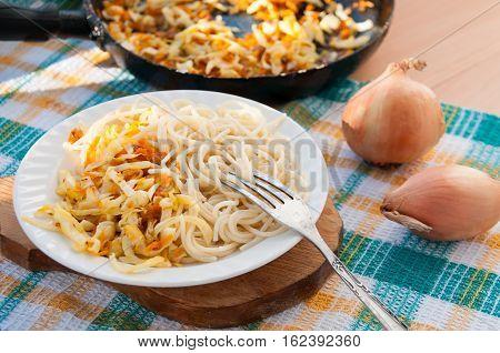 A Plate Of Spaghetti And Pan With Stewed Cabbage Тарелка спагетти и сковородка с тушеной капустой