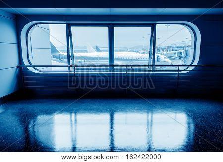 Vliegtuigen boarding brug en uit het raam blauwe tint.