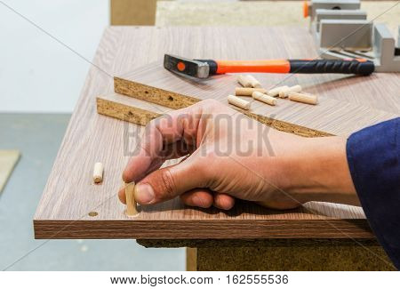 Bonding and assembly of furniture on the wooden pins