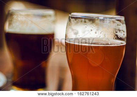 Cerveza artesanal en vasos o pintas. Bebida alcohólica.