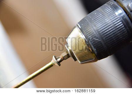 taladro de carpintería con tornillo largo dorado