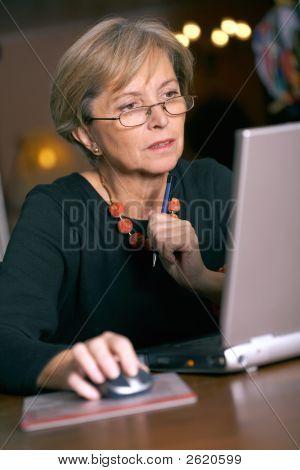 在笔记本电脑上工作的女子