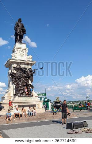 Quebec City, Canada - Aug 22, 2012: A Street Performer Entertains Tourists Gathered At Dufferin Terr