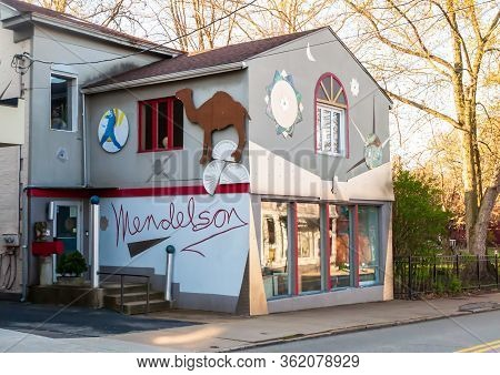 Pittsburgh, Pennsylvania, Usa 4/19/20 Mendelson Gallery, An Art Gallery, First Opened In 1980 On Ell