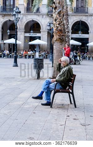 Barcelona, Spain : 2016 Nov 1 : \rsunny Day With People On The Rambla In Barcelona, spain.