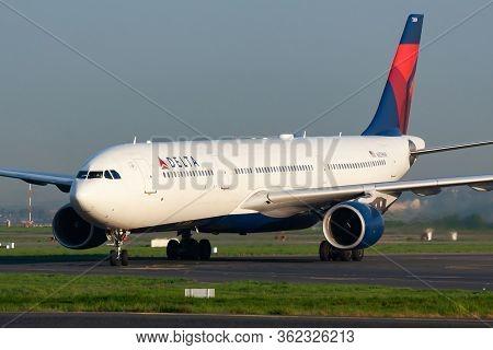 Paris / France - April 24, 2015: Delta Airlines Airbus A330-300 N809nw Passenger Plane Arrival And L