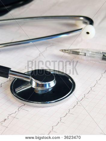 Krankenakte und Stethoskop
