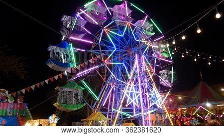 Lampang,thailand - January 19, 2020 Ferris Wheel Players Who Make Happy At Night Market In Ko Kha, L