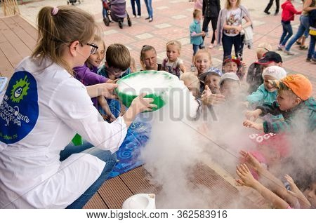 Komsomolsk-on-amur, Russia - August 27, 2018. Showing Physical And Chemical Experiments For Children