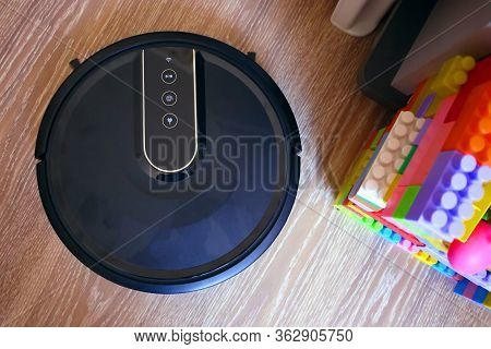Robot Vacuum Cleaner Cleans The Apartment/ Robot Vacuum Cleaner Cleans The Apartment