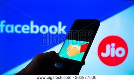 Jaipur, India, Circa 2020 - Photograph Of A Mobilephone With A Handshake, Signifying A Deal, With Fa