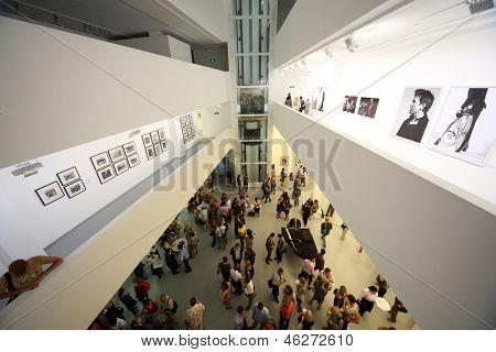 Moskau - AUG 16: Der Blick von oben auf Foto-Ausstellung atomaren Zivilisation in der Multimedia-Kunst
